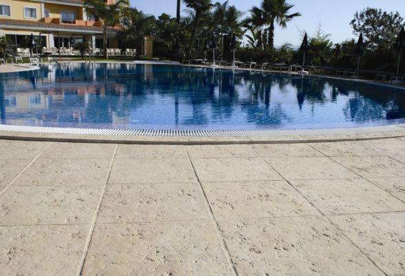 Dalele pietra pot fi folosite atat la interior cat sila for Accesorii piscine